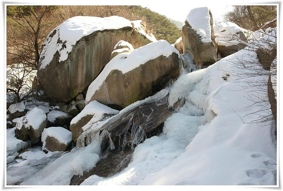 바위에 눈과 얼음이 덮혀 있는 모습