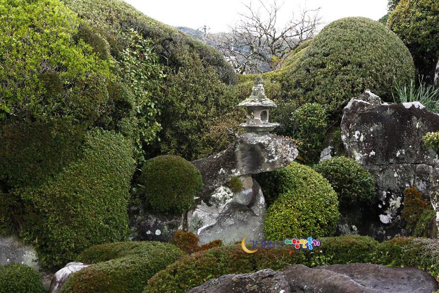 돌과 나무로 조성된 300년의 전통 사무라이마을 정원 사쓰마의 ...