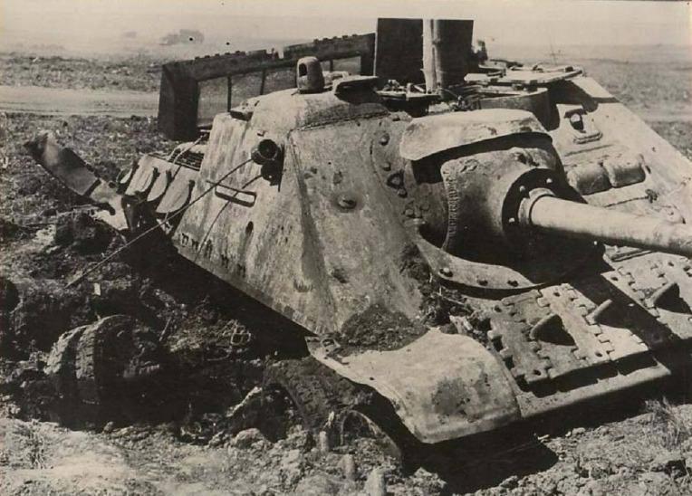 드네프르 전선에서 파괴된 소련군의 SU-85 구축전차  Soviet Red Army SU-85 Tank destroyer knocked out during the Dnieper–Carpathian Offensive