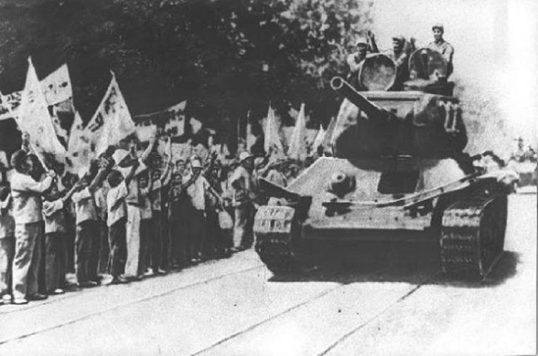 한국 6.25 전쟁 당시 북한 인민군 T-34/85 탱크대를 환영하는 서울 시민들 - Seoul citizens welcoming T-34/85 Tanks of North Korean People's Army