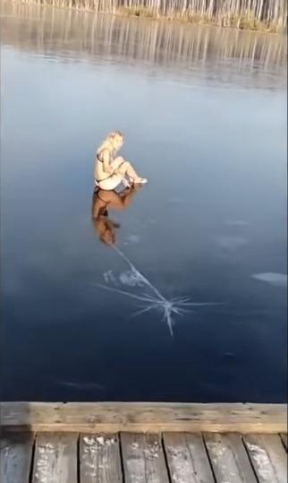 러시아 비키니 여성의 청정호수 착시 다이빙